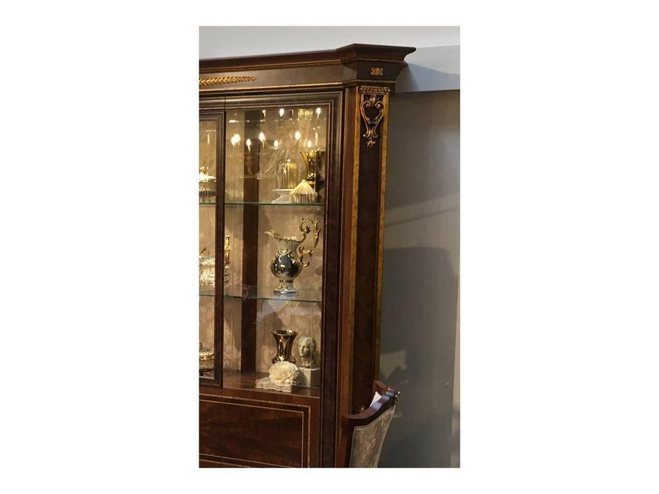 Arredo Classic: Modigliani: витрина 2 дверная полки стекло, стенка ткань (орех)
